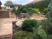 Pohled ze zahrady a na posezení