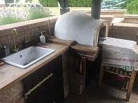 Venkovní posezení s grilem a PIZZA pecí