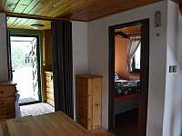 Pohled do malé ložnice a na zahradu