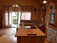 Pohled od kuchyně na terasu