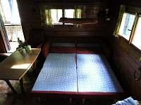 obývák z rozloženým kanapetem