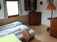 Pokoj s kuchyňkou a TV - horní patro chaty
