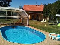 bazén a v pozadí chata
