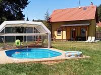 chata z bazénem