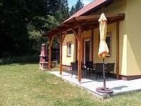 posezení v pergole u krbu - chata k pronájmu Kostelní Střimelice