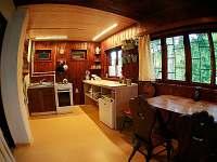 Kuchyň a jídelní stůl