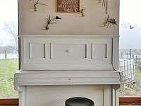 Piano v obývací části - Kamenné Zboží