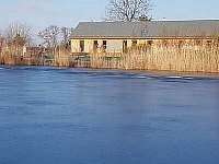 v létě rybník na rybaření v zimně na bruslení - Kamenné Zboží