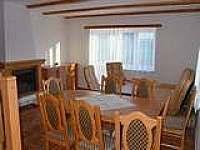 Radava - Jídelna a obývací pokoj s krbem