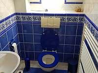 Toaleta v patře v domě - Třebestovice