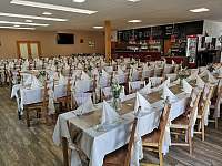 Prostorná restaurace v přízemí - apartmán k pronájmu Počepice