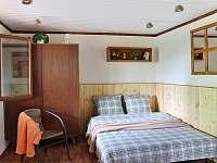 Ložnice s manželskou postelí a krbem - chata ubytování Velké Popovice