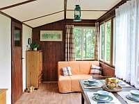 Obývací pokoj na verandě - chata k pronájmu Velké Popovice