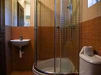 Sprchový kout + WC v přízemí - pronájem chalupy Prčice