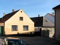 pohled z náměstí na štít rekreačního domu Sedlec-Prčice