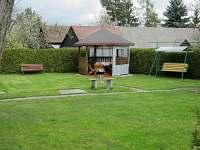 zahrada a altán s houpačkou
