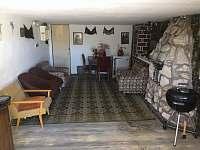 Společenská místnost ( garáž ) s krbem