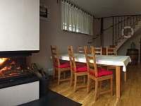 Obývací pokoj s krbem - chata k pronajmutí Měřín