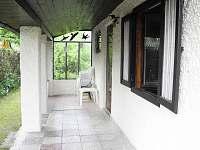 Krytá terasa ideální pro sluečné dny nebo třeba grilování za deštivého počasí.