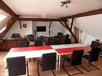 Společenská místnost jako zasedačka