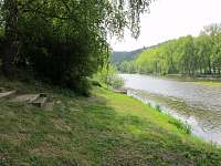 břeh řeky u chaty