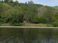 pohled na chatu z protější strany řeky