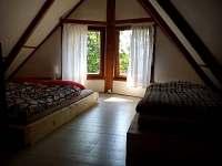 ložnice s výhledem na stromy a přehradu
