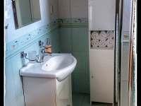 Koupelna přízemí - chata k pronajmutí Sázava