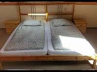 Manželská postel podkroví