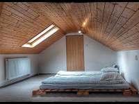 Podkroví společná ložnice - chata ubytování Sázava