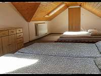 Podkroví společná ložnice - chata k pronájmu Sázava