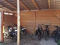 Uschovna na kola - pronájem chalupy Opolany u Poděbrad