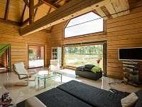 Romantický pohled z lože v obýváku na rybník a vlevo krb...super