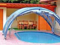 Bazén se zastřešením a solárním ohřevem,za ním vzadu sauna a zastřešená teasa