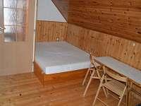 manželská postel v podkroví