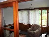 pohled na část obývacího pokoje