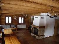 Společenská místnost s krbem - srub ubytování Lipka na Šumavě