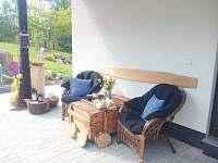 Květnové posezení na kryté terase - chalupa k pronájmu Podmokly u Sušice