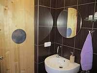 umyvadlo v koupelně - Podmokly u Sušice