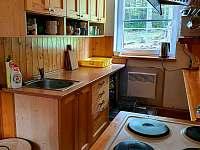 vybavená kuchyň, myčka.8 plotýnek,trouba - chata k pronájmu Špičák
