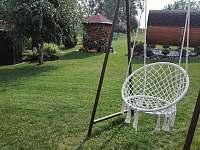houpačka pro dospělé na zahradě
