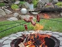 přírodní ohniště na zahradě