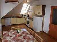 Kuchyně s jídelním stolem v podkroví - chata ubytování Frymburk