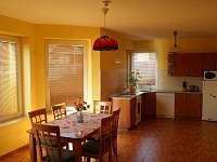 Kuchyně s jídelním stolem v přízemí - chata k pronajmutí Frymburk