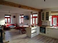 obývák s kuchyní - chalupa ubytování Dlouhá Ves - Platoř