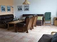 Obývací pokoj, pohled od jídelního stolu - chata k pronájmu Černá v Pošumaví