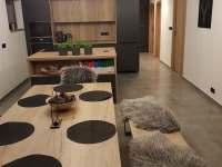 kuchyň s jídelním stolem - apartmán k pronajmutí Nová Pec