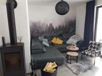 obývací část s krbovými kamny - pronájem apartmánu Nová Pec