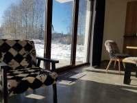 pohled z obývací části na terasu - apartmán k pronajmutí Nová Pec