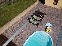pohled na bazén a terasu s lehátky - Žďár u Nalžovských Hor